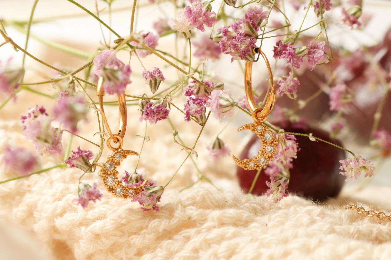 moon hoops by eline rosina gouden oorbellen